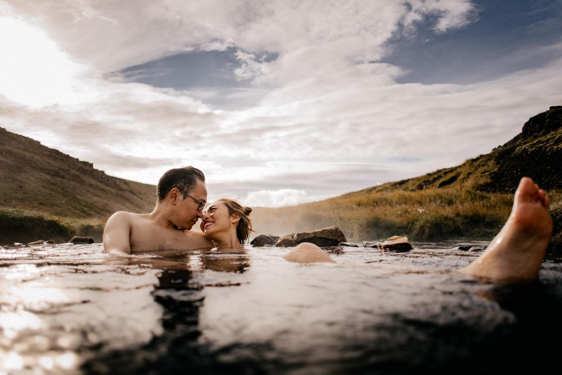 Verlobungsfotos-Island-Abeuteuer-Foto-Session-Wanderung-In Love Session-Abenteuerurlaub-natürliche-heiße-quellen-baden