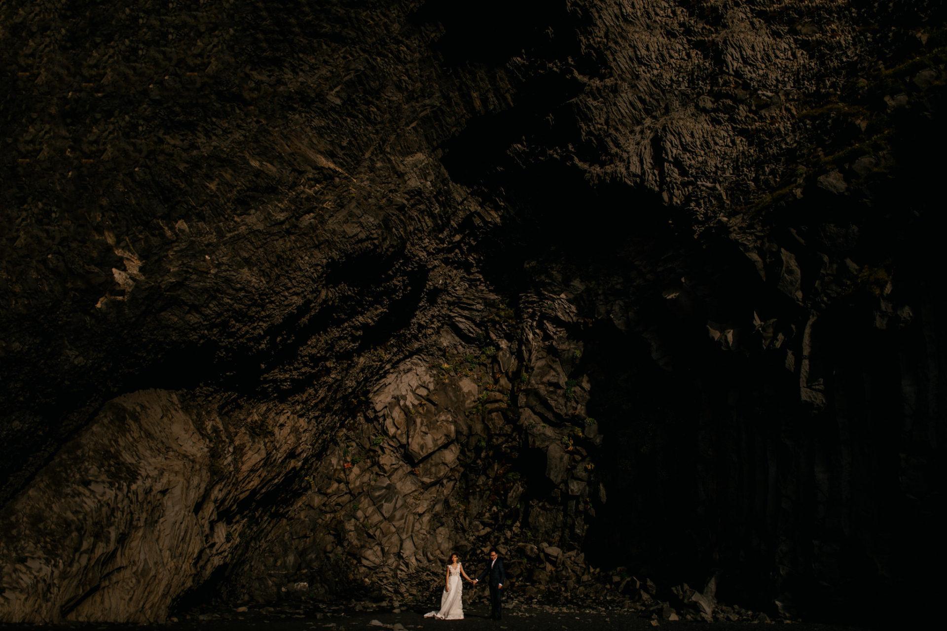 Verlobungsfotos-Island-Abeuteuer-Foto-Session-Paar-Am-Schwarzen-Strand-Vik-Basaltdom-Schwarze-Felsen