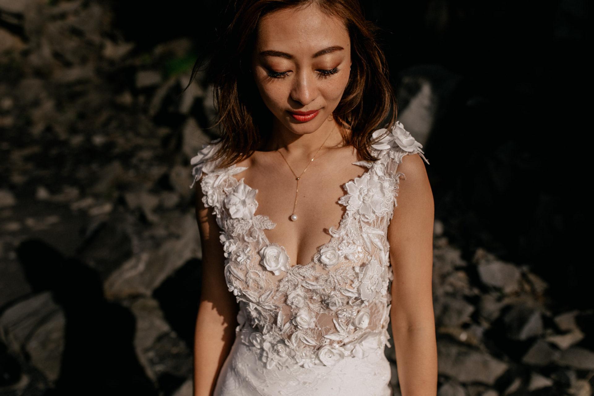 Verlobungsfotos-Island-Abeuteuer-Foto-Session-Braut Portrait-Am-Schwarzen-Strand-Vik-Basaltdom-Schwarze-Felsen