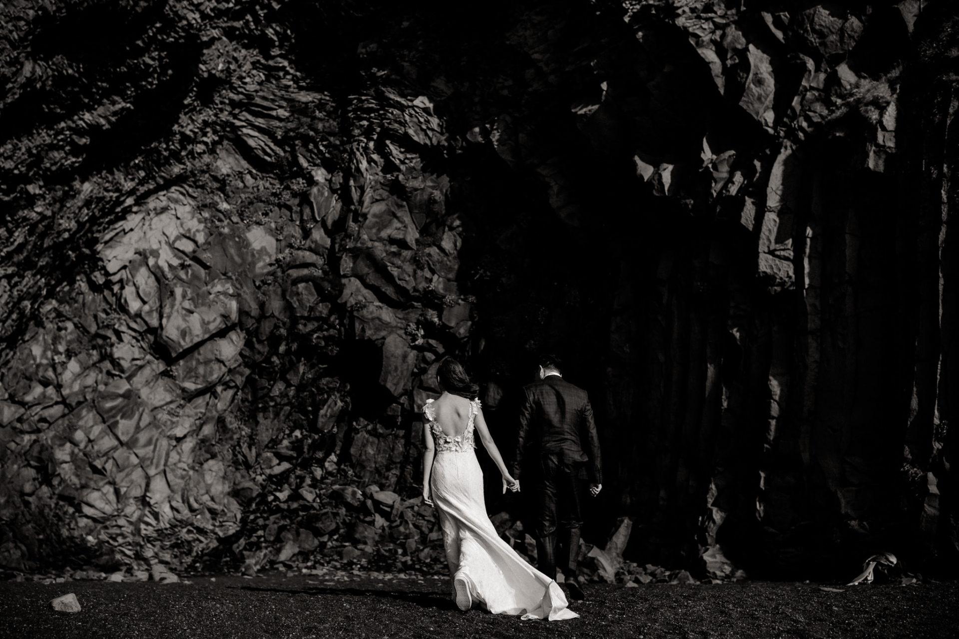 Verlobungsfotos-Island-Abeuteuer-Foto-Session-Nahaufnahme-Paar-Am-Schwarzen-Strand-Vik-Basaltdom-Schwarze-Felsen