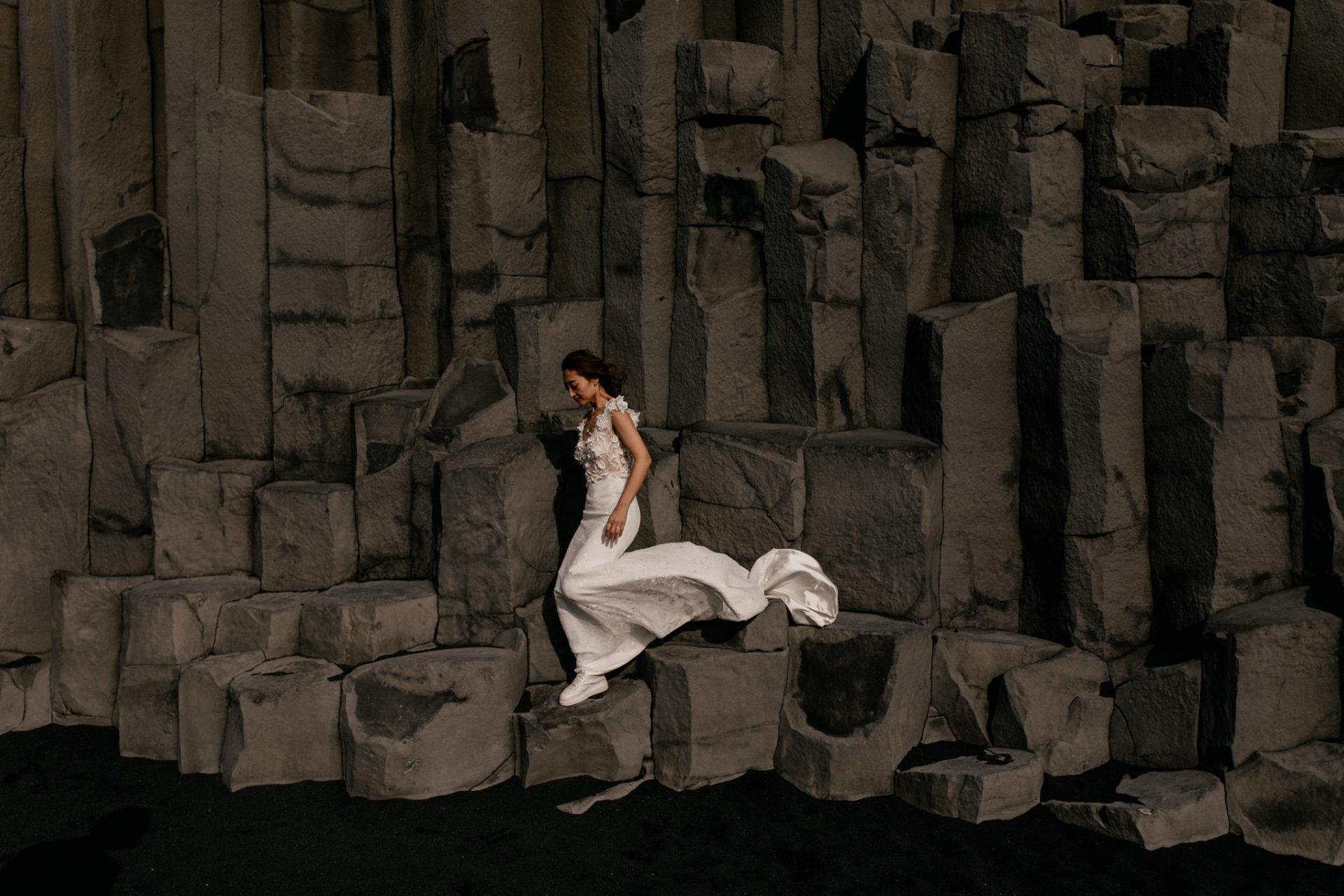 Verlobungsfotos-Island-Abeuteuer-Foto-Session-Braut-Am-Schwarzen-strand-basaltfelsen
