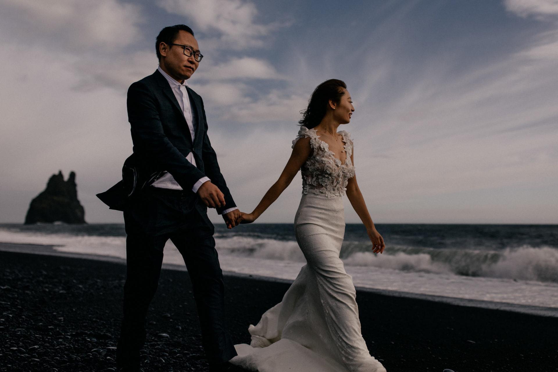 Verlobungsfotos-Island-Abeuteuer-Foto-Session-Paar-Am-Schwarzen-Strand-spaziergang-windig