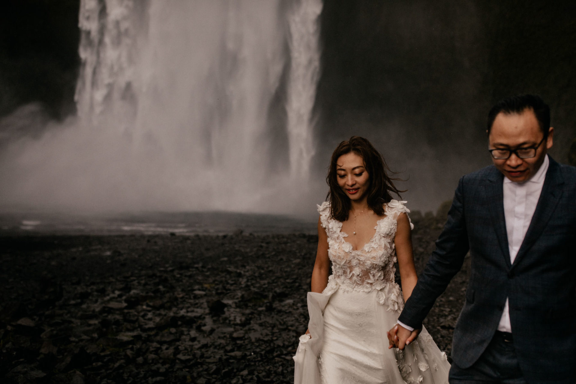Verlobungsfotos-Island-Abeuteuer-Foto-Session-Paar-vor-wasserfall