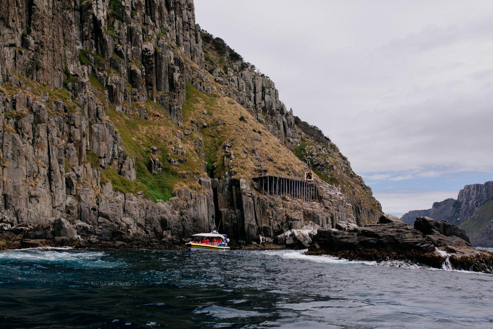 Tasmanien-erleben-roadtrip-rundreise-wunderschöne langschaften-port Arthur-bootstour-steilküste